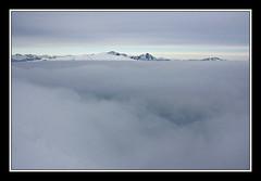 Le nubi formano una grigia morsa (Momenti di Montagna) Tags: como nuvole grigio cielo monte nebbia alpi montagna lombardia gennaio 2010 nubi nebbie vetta prealpi sanprimo ciaspole grigne lucavezzoni montecolmegnone prealpicomasche