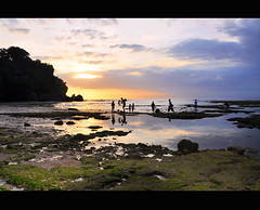 Warm sunset @ Padang-padang beach (Dyahniar Labenski) Tags: sunset bali reflection beach nature nikon warm uluwatu moment silhoutte d90 myarchive padangpadang kartpostal nikond90