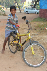 Boy on a bike in Goa - Terre d'Espoir (Pondspider) Tags: poverty boy india bike bicycle children child goa enfants enfant colva linde pauvreté migrantworkers anneroberts annecattrell terredespoir janinegaiddon pondspider charitéfrançaise