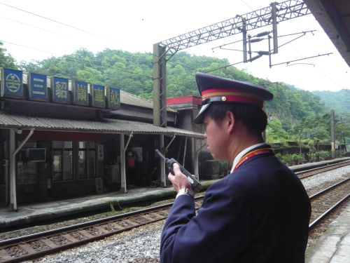 站長等待列車來臨