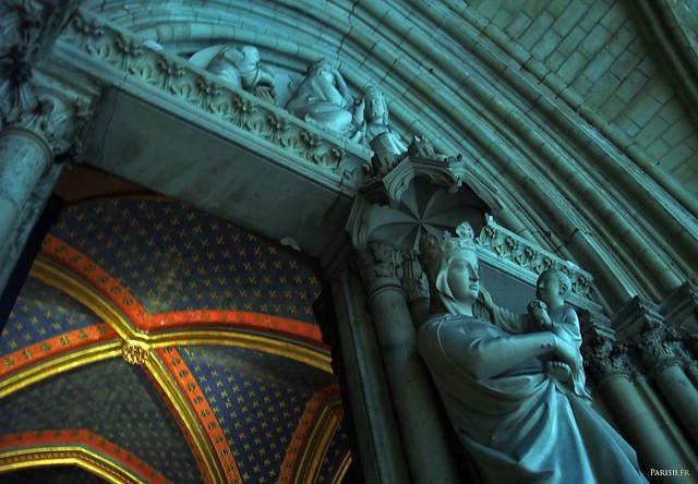 La vierge à l'enfant, statue de la porte d'entrée
