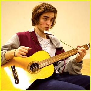 robert pattinson, el protagonista de la saga crepusculo, tocando la armonica y la guitarra con unas pintas muy poco favorecedoras