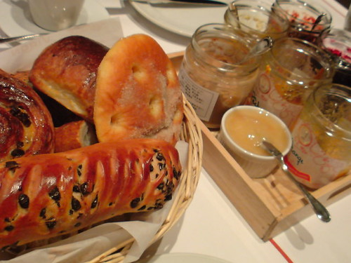 VIRONの朝食なう。山盛りパン&ジャムつけほうだい。