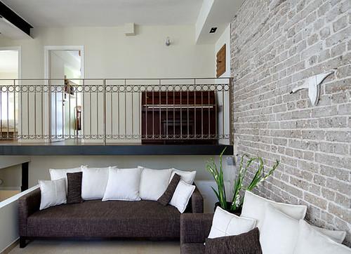 בית פרטי במבנה משנות ה-30 בנווה צדק, תל אביב. תכנון הפנים מתאפיין בסגנון נקי ומינימליסטי ובגוונים בהירים, הנותנים במה וכבוד לקיים. (צילום: עוזי פורת)