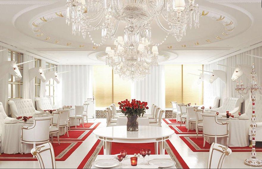 decoração toda branca e vermelha