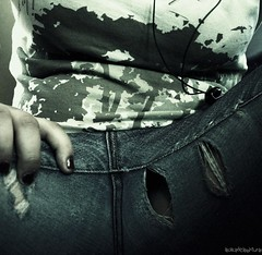 Recuerdo de mis partes (Alfilmorado) Tags: girl mujer chica elle pantalones piernas primerplano rotos genitales lachicadelaspinturas