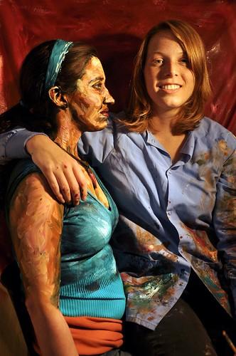 La artista con una de sus modelos