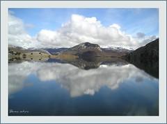 Pintando el cielo y el agua (Blanca natura) Tags: azul agua nieve pantano cielo nubes len blancas peas reflejos montaas porma