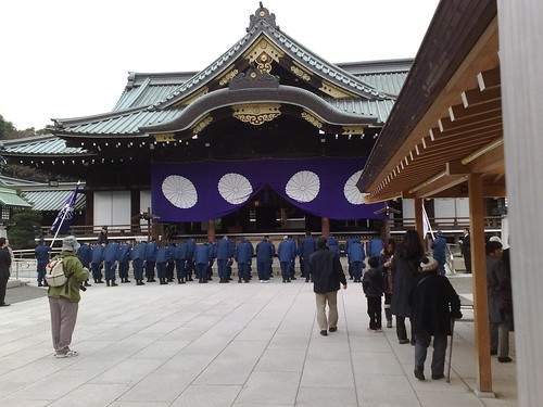 Patriot group members worshipping Yasukuni deities