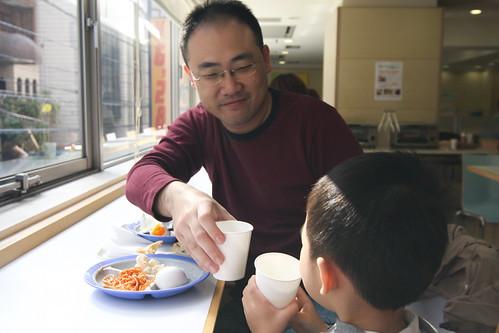 只用一碗麵條,他就教會了孩子別總想著「佔便宜」