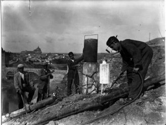 Obras de canalización de las aguas del río Torcón en Toledo en 1948. Zona del Puente de Alcántara