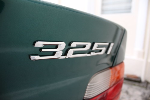 325i badging