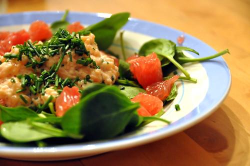 Laksetatar med spinat og rød grape