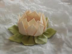 Flor de Ltus orinuno - pap (Carla Cordeiro) Tags: flores origami handmade feitomo folded papel patchwork folha pap dobradura flordeltus fabricflower passoapasso floresdetecido foldedflowers tecidotingido tingidopordivnia orinuno vdeonoyoutube