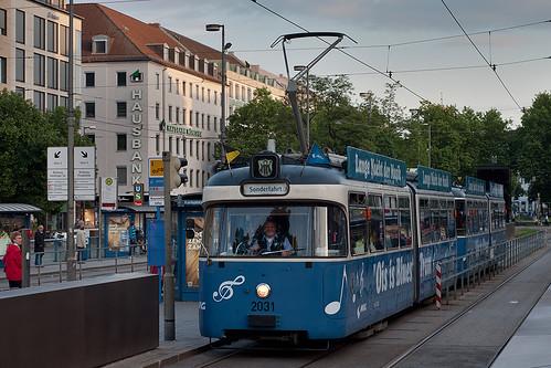 Abfahrt der Ois-is-Blues-Tram am Stachus