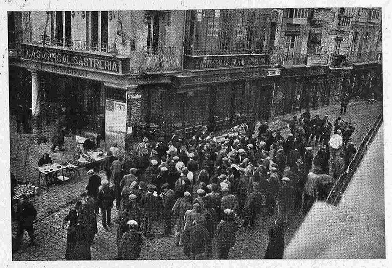 Toledo diciembre de 1924. Grupo de obreros que cotejan sus números con los que aparecen premiados en la cartelera. Foto Rodríguez