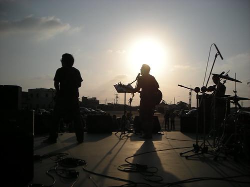 農村武裝青年在芳苑普天宮前開唱,右起是阿展,阿達和小魏。近期是農家村莊,不遠處是彰濱海岸,很美的一塊溼地。攝影:Summer