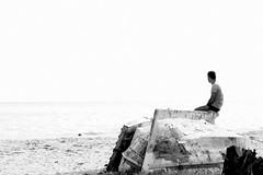 A solidão é fera, a solidão devora... (Fabiana Velôso) Tags: praia olhar barco homem solidão sozinho moço fabianavelôso