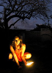 Enis (jessie_mpv) Tags: light woman tree luz girl wall arbol atardecer mujer rojo dress barda cielo lampara reddress vestido oscuridad enis vestidorojo