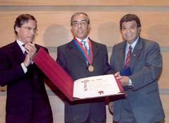 El Alcalde de Valparaíso, Sr. Aldo Cornejo González y el Concejal, Sr. Eugenio González Bernal con el Ciudadano Ilustre de Valparaíso, Profesor D. Juan Estanislao Pérez. Martes 18 de abril de 2006.