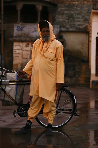Sadhu classe et en tenue pluie à Ujjain