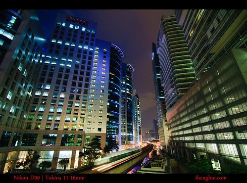 一列夜輕鐵穿越中環的高樓大廈