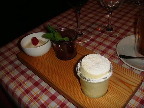 Soufflé de crema agria con cerezas