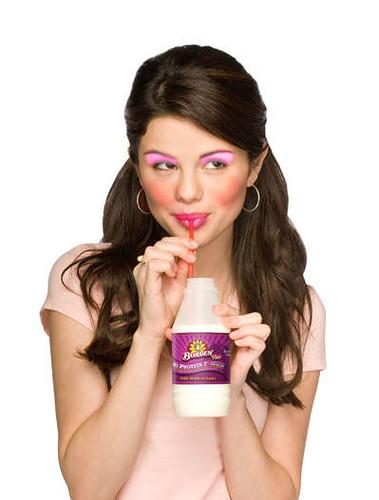 selena gomez makeup. Selena Gomez make up fail