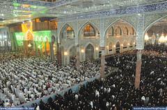 زوار ابي عبدالله الحسين عليه السلام يقرؤون دعاء كميل بن زياد في الصحن الحسيني الشريف