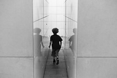 Institut du Monde Arabe (Nicolas Doreau) Tags: leica blackandwhite bw paris france reflection blancoynegro 50mm kid noiretblanc perspective streetphotography running nb reflet runner institutdumondearabe gamin ligne arabworldinstitute photoderue summilux50asph photographiederue arabworldinstituteparis leicam9