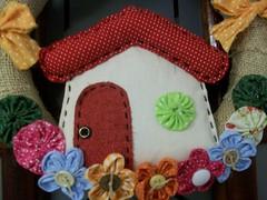 Detalhe (Adriana Novak) Tags: flores porta fuxico casinha tecido enfeite juta botoes bemvindos guirlandas flordetecido