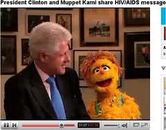 Bill Clinton con Kami, Muppet VIH Seropostiva - Takalane Sesame