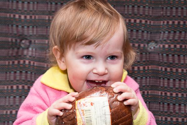 Маша с хлебушком