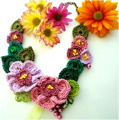 Amor de Outono, colar de crochê (Lidia Luz) Tags: flower leaves necklace leaf handmade crochet flor jewelry bijoux bijuteria folha colar bijouteria crochê lidialuz