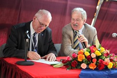 Knut Hove signs document, right Carlos Sere