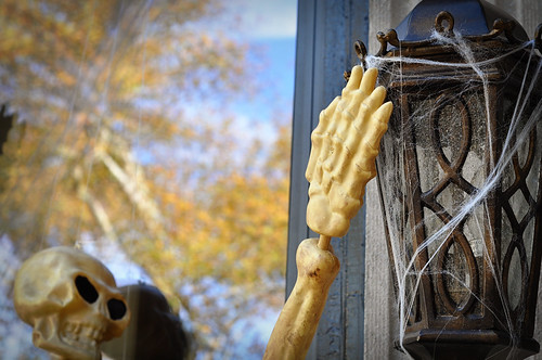 SkeletonsClimbingonHouseDetail
