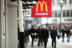 im lovin it (Rutger Blom) Tags: city winter people snow public snowflakes skne vinter europa europe sweden sneeuw skandinavien mcdonalds sverige scandinavia malm sn malmo stad scania zweden mensen sneeuwvlokken skane gustavadolfstorg mnniskor malmo ef70200mmf4lusm snflingor yearbook2009 skanelan