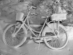 Snow covered bicycle (mhsorens) Tags: schnee white snow bicycle copenhagen evening nieve bicicleta olympus cover neve neige vesterbro kopenhagen  fahrrad c5060 copenhaga vlo kbenhavn kaupmannahfn  copenhague  vesterbrogade            kjwenhavn