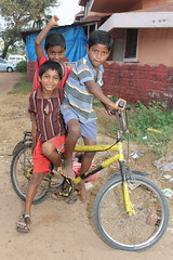 Boys on a bike in Goa -Terre d'Espoir 1 (Pondspider) Tags: poverty india boys bike bicycle children child goa enfants enfant colva linde pauvret migrantworkers anneroberts annecattrell terredespoir janinegaiddon pondspider charitfranaise