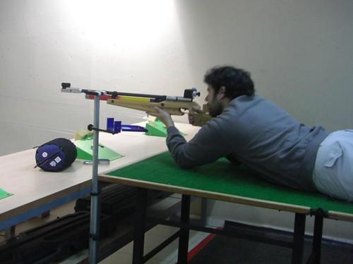 Alfonso Nuñez disparando tendido con carabina