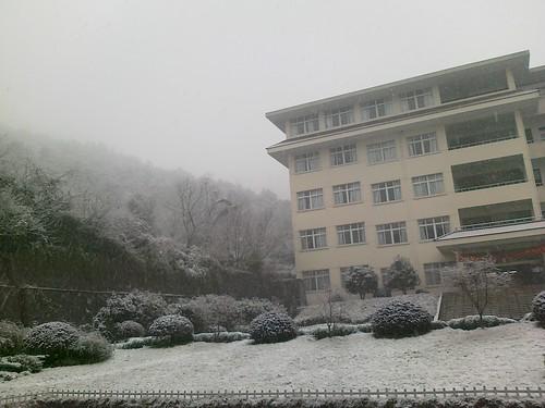 教学楼与小山