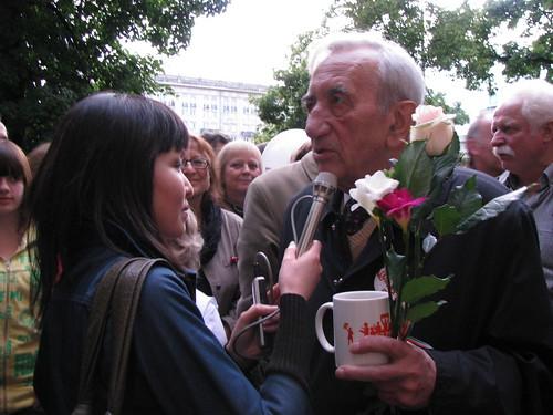 người Việt còn được nghe tiếng ông Tadeusz Mazowiecki, thủ tướng đầu tiên của Ba Lan dân chủ, trên đài Á Châu Tự Do ban Việt ngữ, về bầu cử tự do đầu tiên không cộng sản, mùng 4 tháng 6 năm 1989 tại Ba Lan, mà Việt Nam muốn trong tương lai không xa lặp lại trên nước mình.