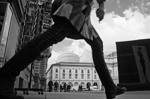 Die Walkre (28) (Donato Buccella / sibemolle) street blackandwhite bw italy milan milano streetphotography scala lowangle therideofthevalkyries canon400d piazzadellescala sibemolle fotografiastradale wagnermarichardnonlapiazza