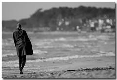 La solitudine (Sergio Battaglia) Tags: sea people sergio canon landscape donna italia mare natura toscana 500mm tamron paesaggi specchio maremma caldo solitudine follonica eleganza tirreno passeggiare joserg catadiottrico vosplusbellesphotos