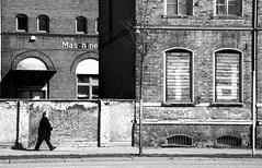mensch oder maschine (pierre-vdm) Tags: street bw man berlin wall factory pavement strasse fabrik machine nb mann rue mur faade usine homme fassade trottoir mauer passant maschine mensch brgersteig ostberlin pentaxk20 pierrevandermeersch