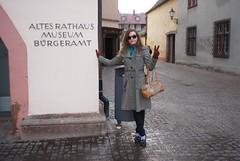 Farah neben dem alten Rathaus