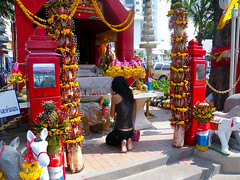 Praying for a Generous Farang (GB-in-TH) Tags: woman thailand asia candid th pattaya spirithouse beachroad chonburi   nakluea