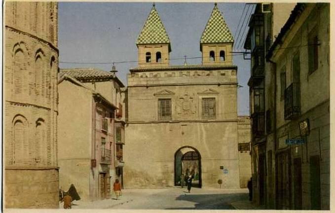Puerta de Bisagra antes del derribo de las últimas casas adosadas al Arrabal. Foto Loygorri