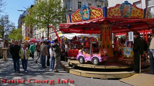 Kinderkarussell beim Straßenfest Bunte Lange Reihe