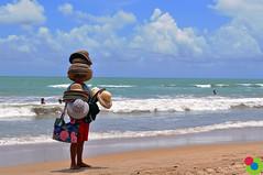 Vai um chapeu aii?  (Grazy Santiago) Tags: praia vendedor areia vero bolsa pernambuco boaviagem calor chapeu grazysantiago
